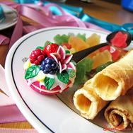 Купить Ложку макарунс с ягодами и лилией из полимерной глиной в Москве, интернет- магазин Sweetsee.ru