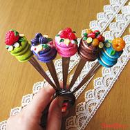 Вкусные ложечки с мини макарунами - отличный подарок для девушки