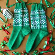 """Купить шерстяные носки ручной вязки """"Снежное небо"""", зеленые с белым рисунком в интернет-магазине Sweetsee.ru"""