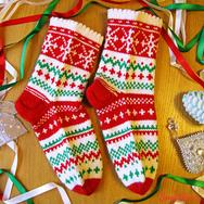 """Купить новогодние вязаные носки из шерсти """"Новогодние снежинки"""" в красно-белом цвете в интернет-магазине Sweetsee.ru"""