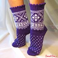"""Купить шерстяные носки ручной вязки """"Рождественские каникулы"""" фиолетовые с белым рисунком в интернет-магазине Sweetsee.ru"""