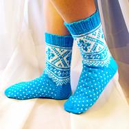 """Купить шерстяные носки ручной вязки """"Рождественские каникулы"""" голубые с белым рисунком в интернет-магазине Sweetsee.ru"""