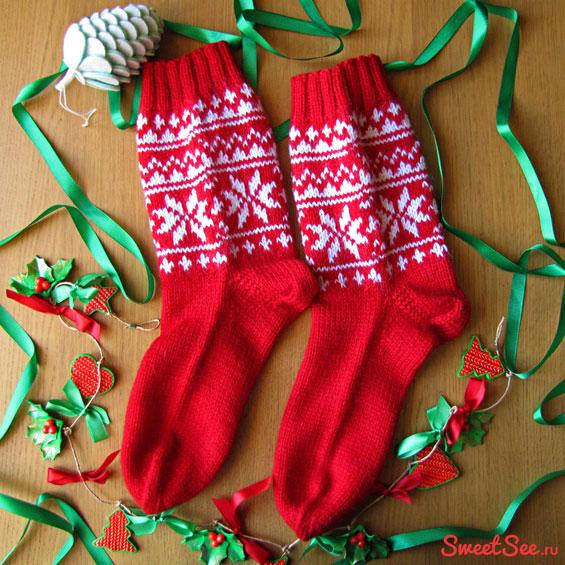 """Купить шерстяные носки ручной вязки """"Снежное небо"""", красные с белым рисунком в интернет-магазине Sweetsee.ru"""
