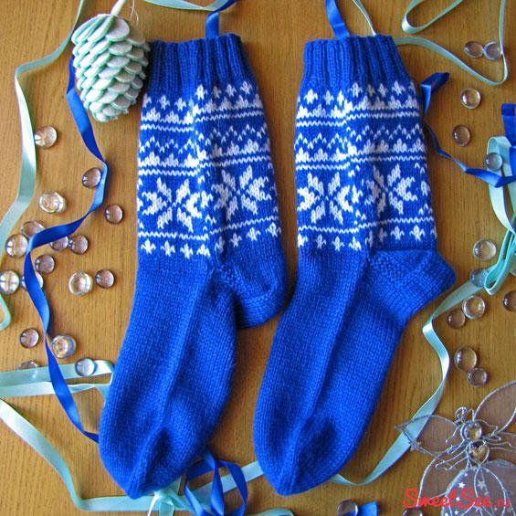 """Купить шерстяные носки ручной вязки """"Снежное небо"""", синие с белым рисунком в интернет-магазине Sweetsee.ru"""