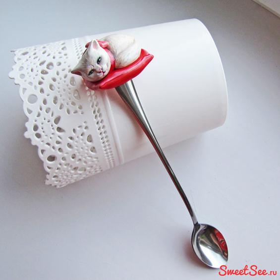 """Купить вкусную ложку """"Кошка на подушке"""" из полимерной глины в интернет-магазине Sweetsee.ru"""